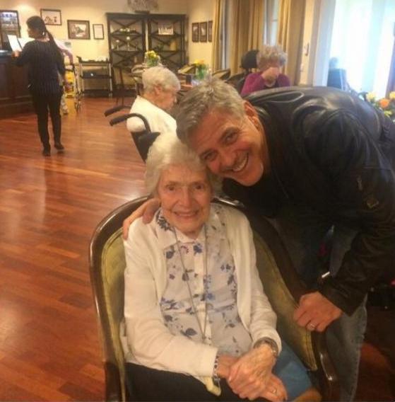 Джордж Клуни приехал вдом престарелых, чтобы поздравить свою поклонницу