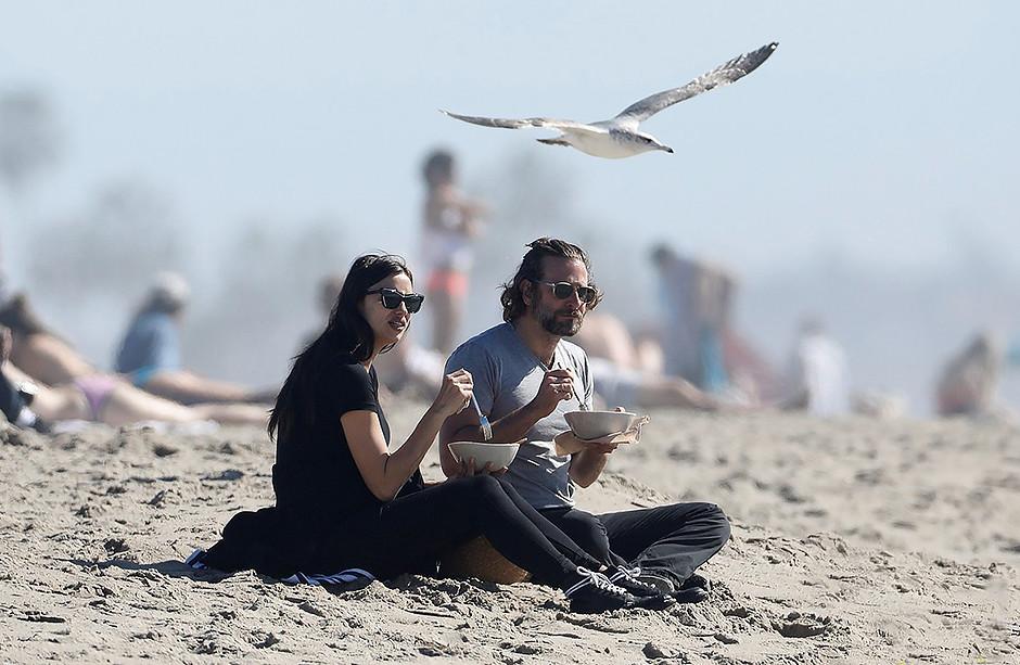 Папарацци засняли беременную Ирину Шейк на пляже в объятьях Брэдли Купера